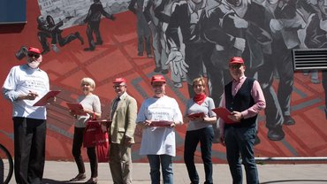 Inzwischen heiß begehrt bei Streikaktionen aller Fachbereiche: Die effizienten Klemmbrettaktivist/innen aus Hamburg sammeln sich vor dem Gewerkschaftshaus
