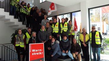 Rund 40 Beschäftigte der DAK-Gesundheit am Montag im Streik in Freiburg