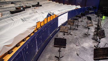 Die Sitzreihen abgedeckt, der Orchestergraben verlassen – die Kulturstätten in Deutschland wirken dieser Tage gespenstisch leer