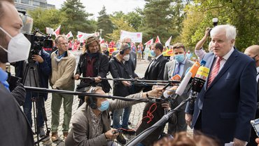 Bundesinnenminister Seehofer am Veranstaltungsort der Tarifverhandlungen in Potsdam