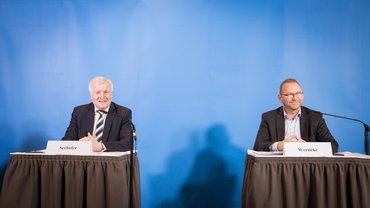 ver.di-Chef Werneke und Bundesinnenminister Seehofer unterzeichnen Tarifeinigung ÖD 2020.
